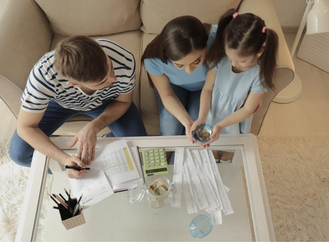 Família feliz simulando a compra de imóvel
